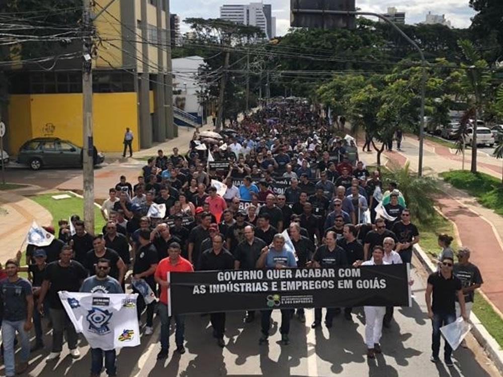Imagem de Trabalhadores e empresários protestam contra Ronaldo Caiado