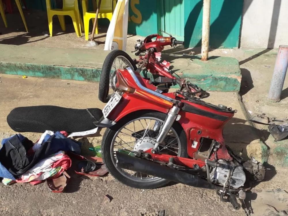 Imagem de Motorista sem habilitação parte moto ao meio, atinge casa e bate em outro carro. Veja vídeo