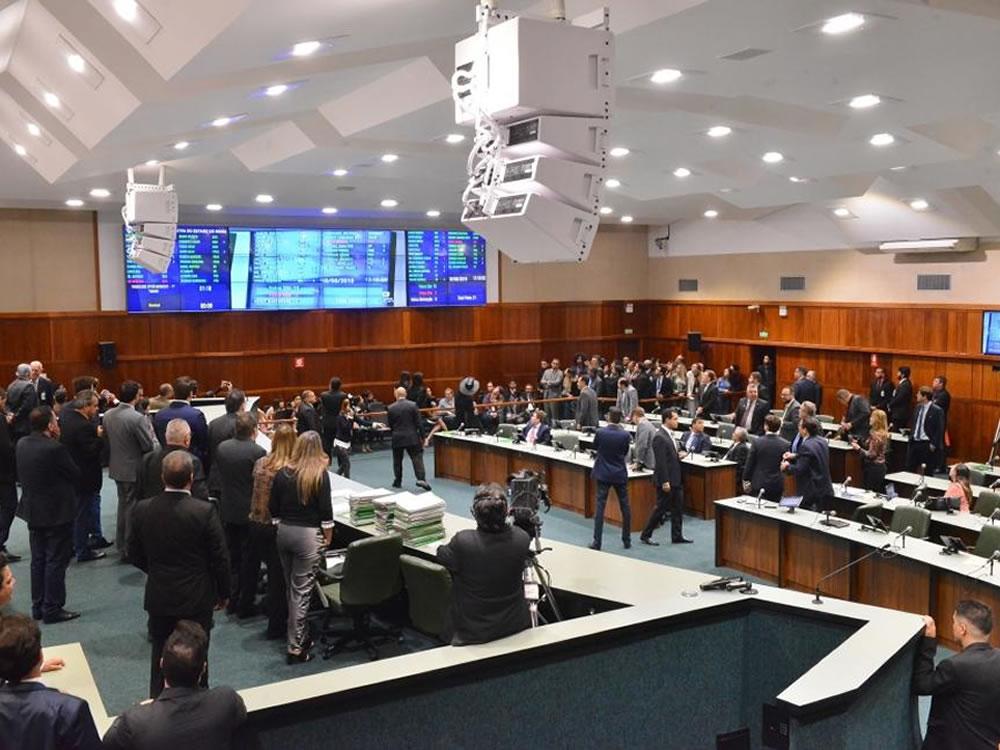 Imagem de Plenário aprova a PEC que permite a reeleição de presidente da Alego