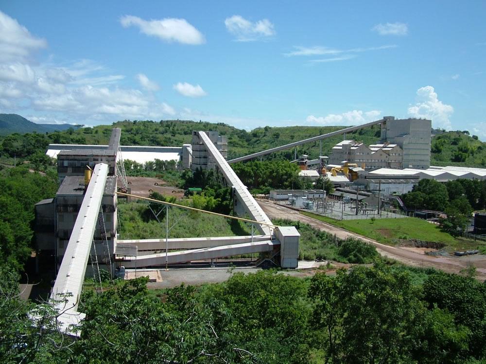 Imagem de Caiado contraria STF e sanciona Lei que autoriza extração de amianto crisotila em Goiás