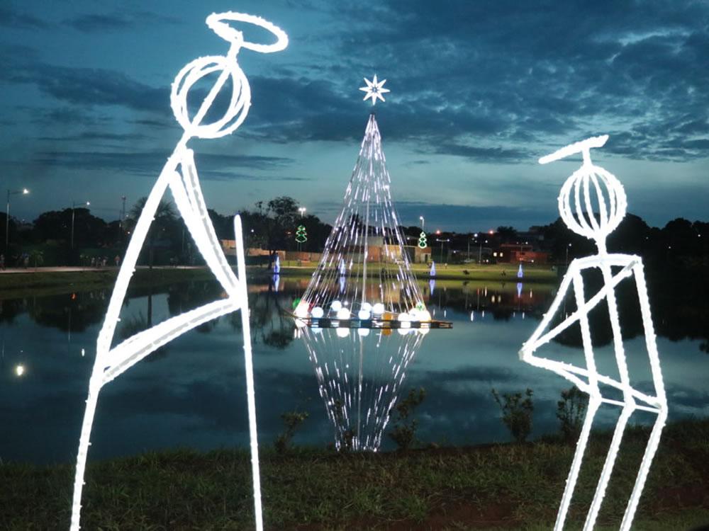 Imagem de Decoração natalina encanta quem passa pelo Parque Mauro Borges